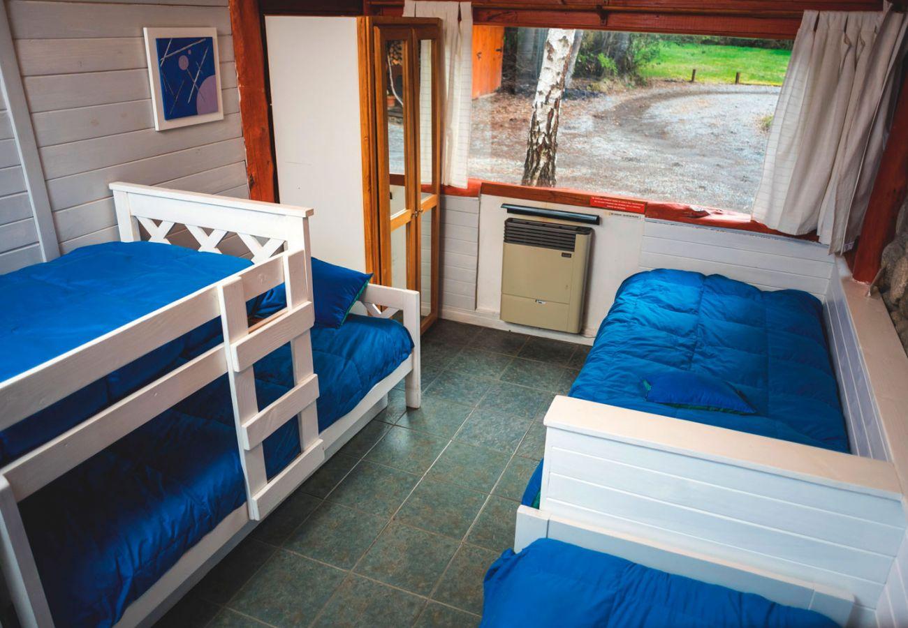 Dormitorio con multiples camas BOG Río Bonito Villa La Angostura