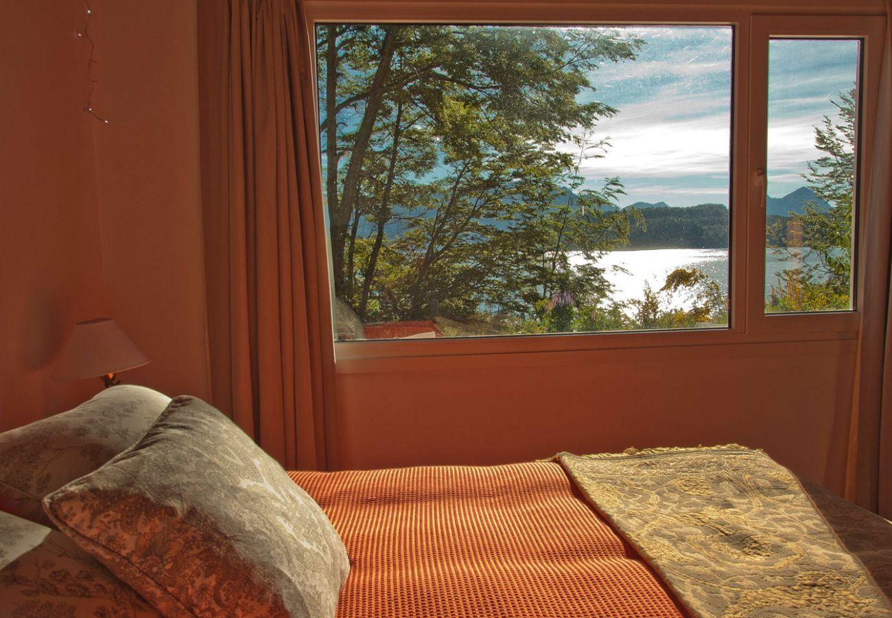Dormitorio con vista al lago BOG Casa Tashi Villa La Angostura