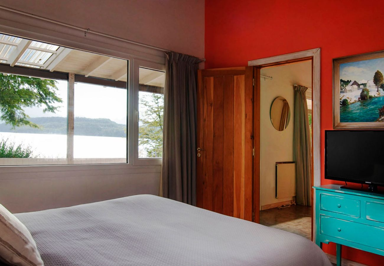 Dormitorio con vista al lago 2 BOG Casa Tashi Villa La Angostura