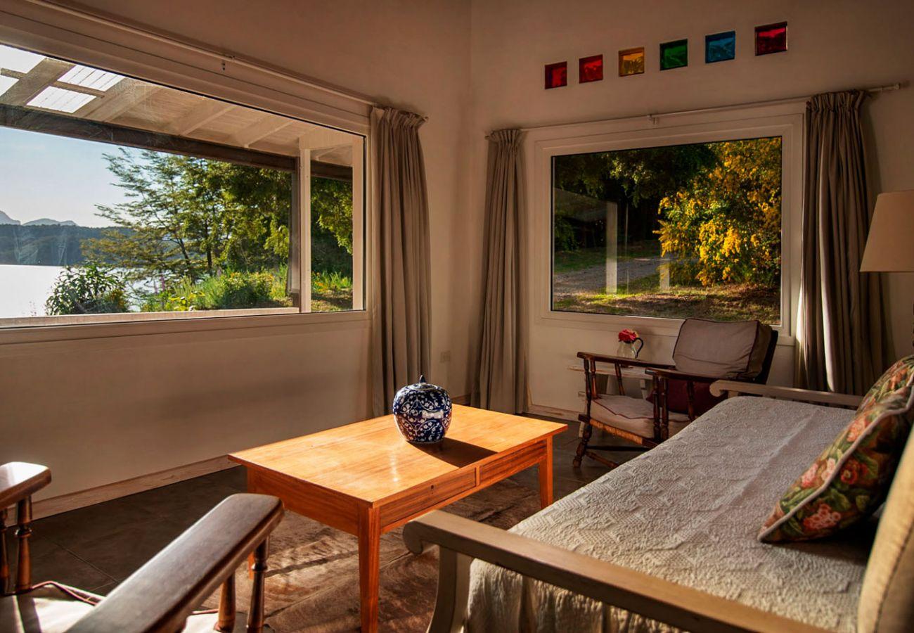 Salon con vista al lago BOG Casa Tashi Villa La Angostura