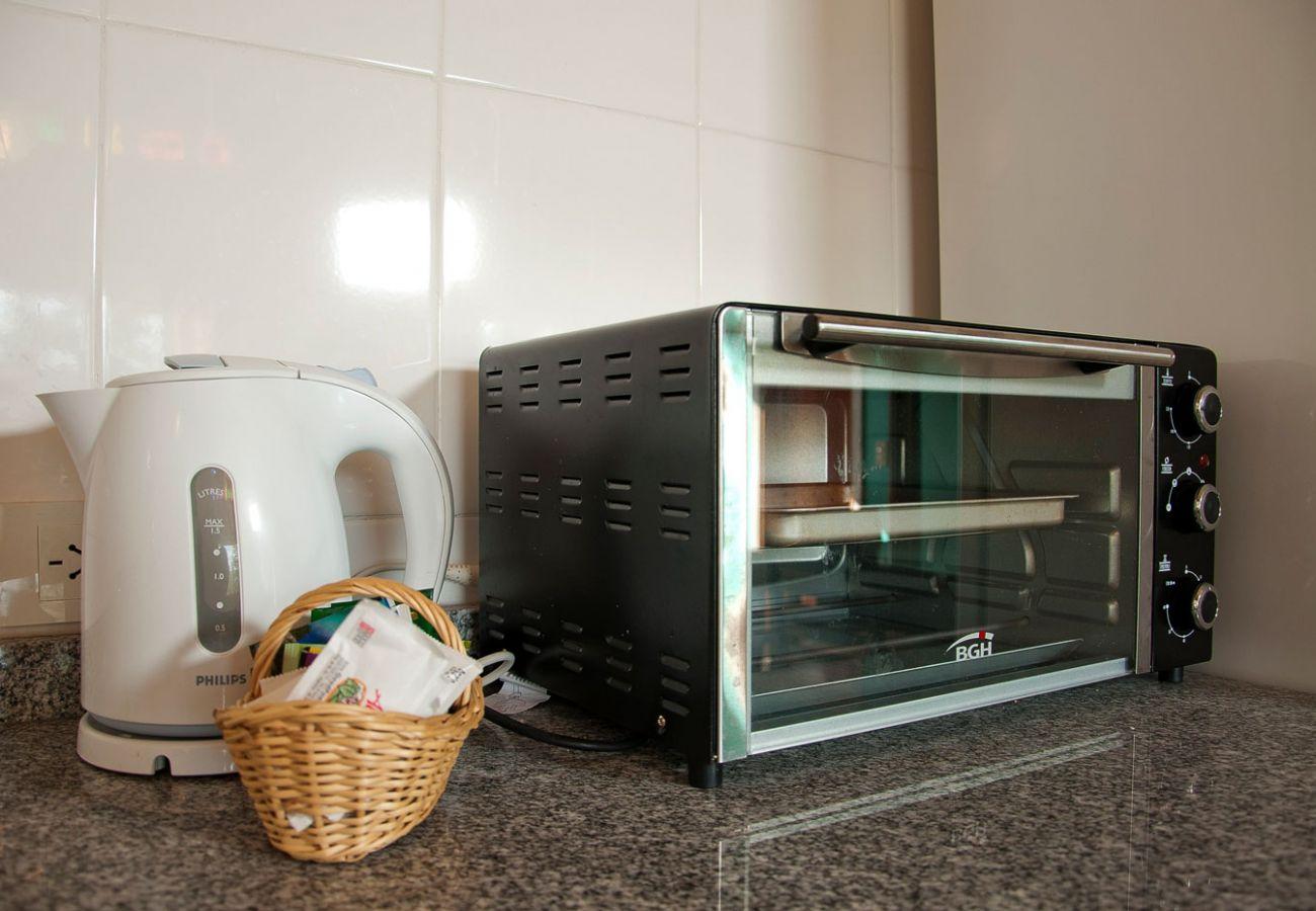 Cocina con pava y microondas  BOG Casa Tashi Villa La Angostura