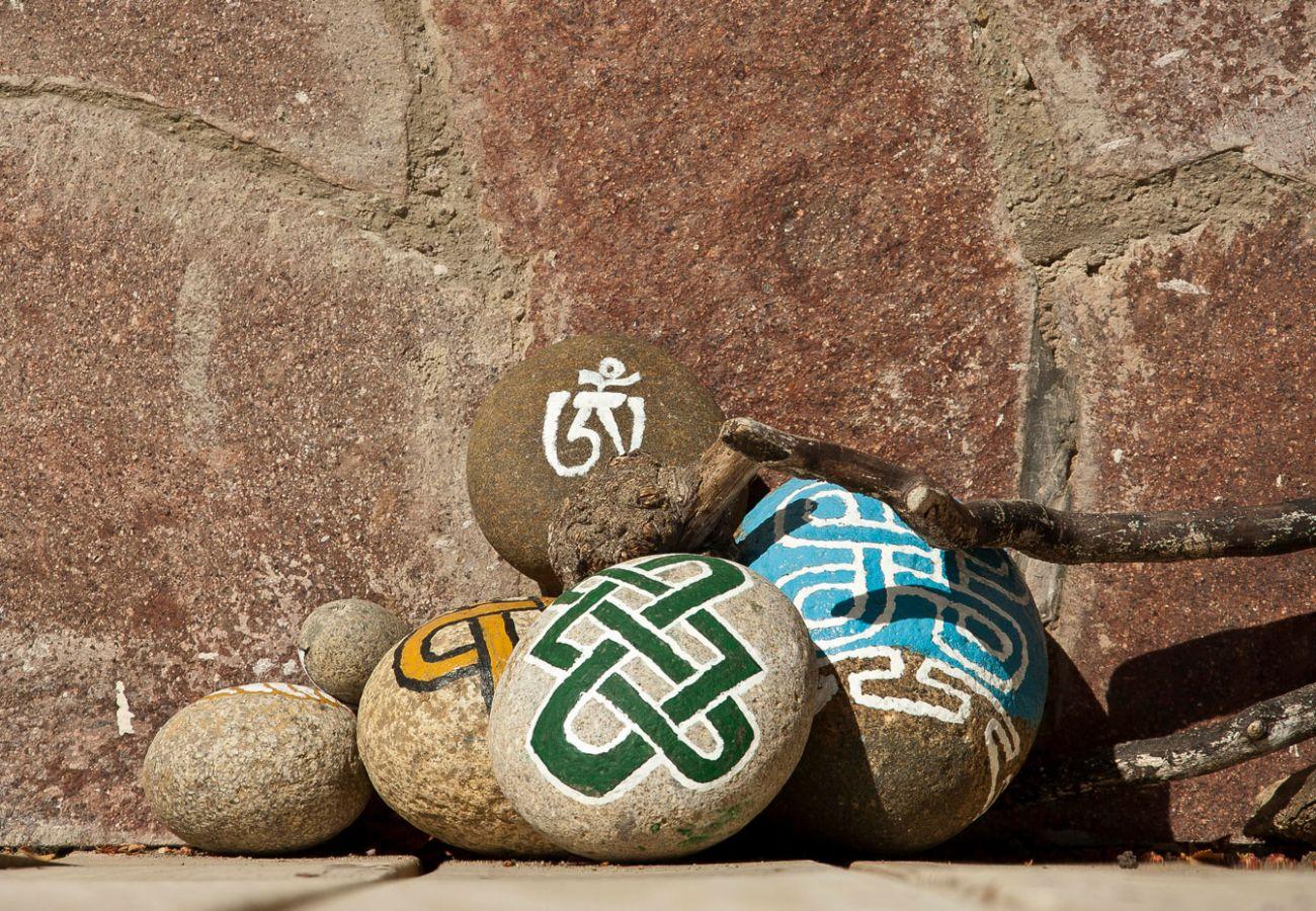 Detalles piedras pintadas de la casa BOG Casa Tashi Villa La Angostura