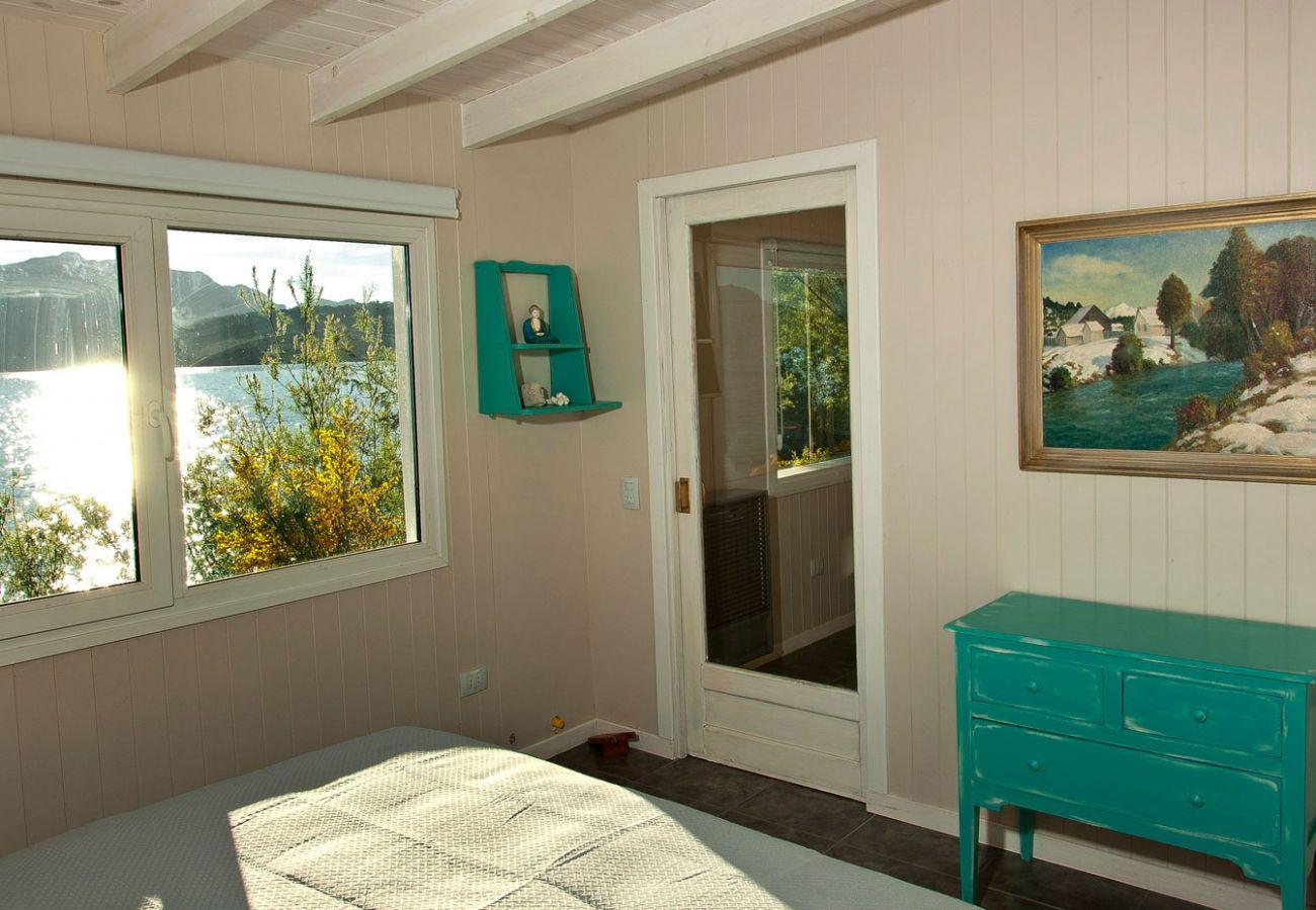 Hermoso dormitorio vista al lago BOG Casa del Río Villa La Angostura