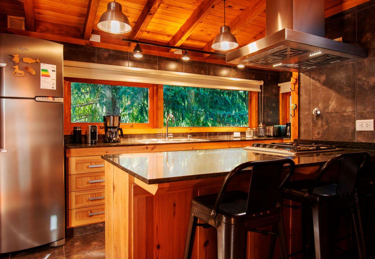 Cocina con barra BOG Sulla Montagna Villa La Angostura