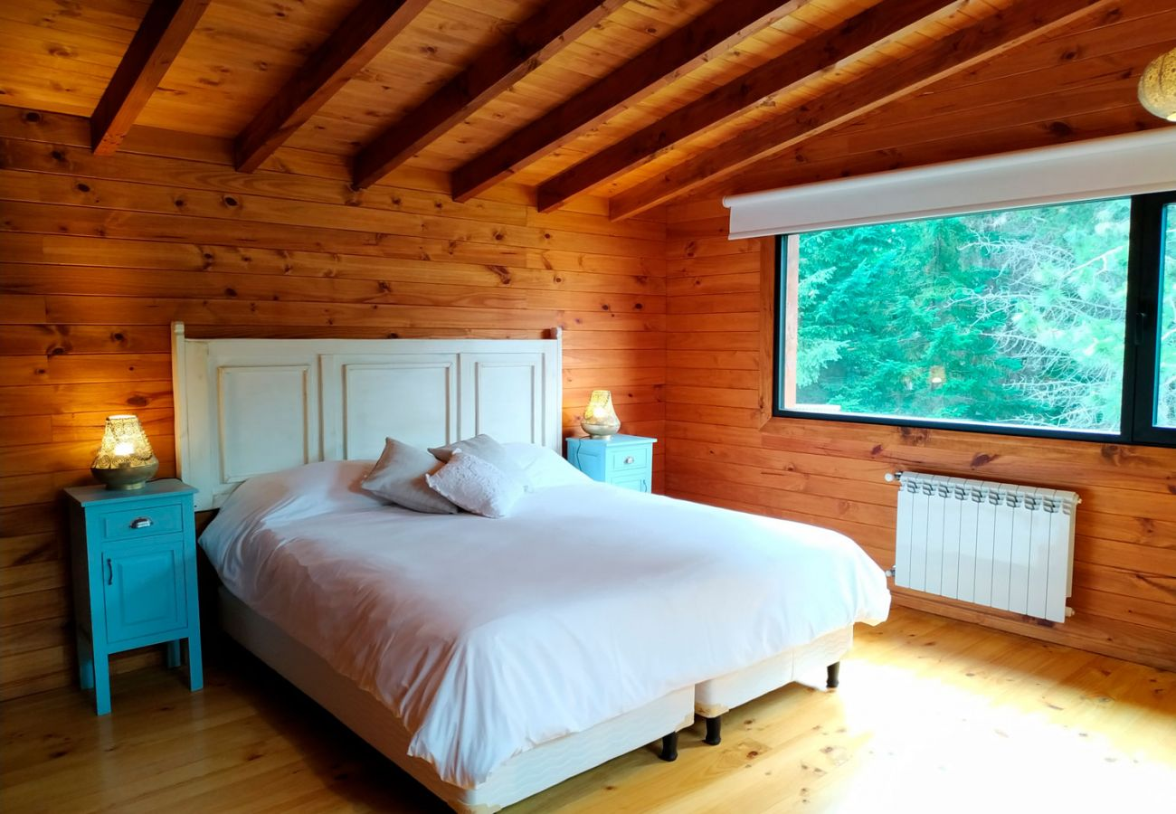 Dormitorio con vista al bosque BOG Sulla Montagna Villa La Angostura
