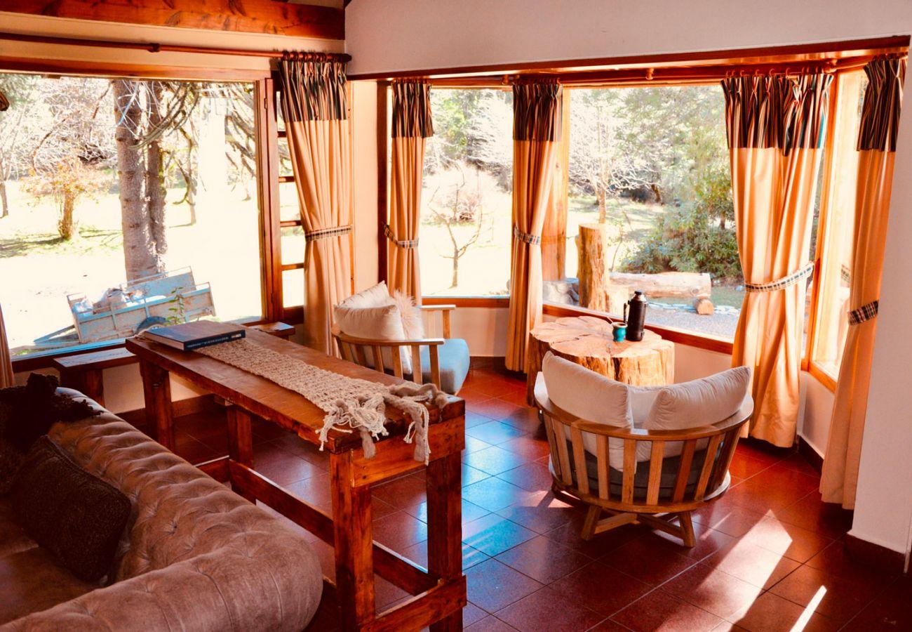 Calido salon con vista al bosque BOG Pichi Ruca Villa La Angostura