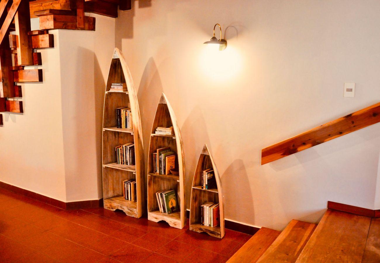 Biblioteca detalles en madera BOG Pichi Ruca Villa La Angostura