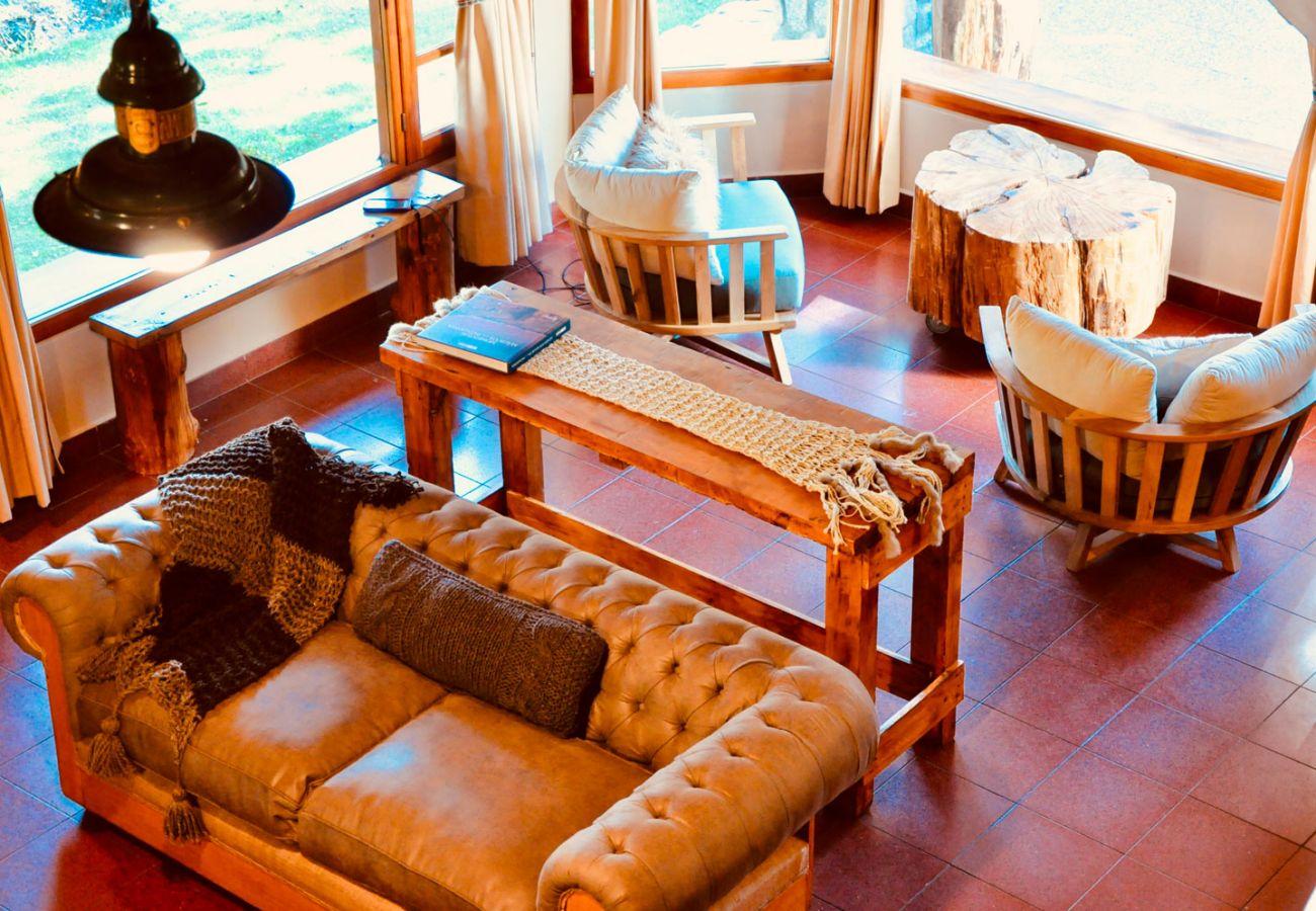 Living con ventanales BOG Pichi Ruca Villa La Angostura