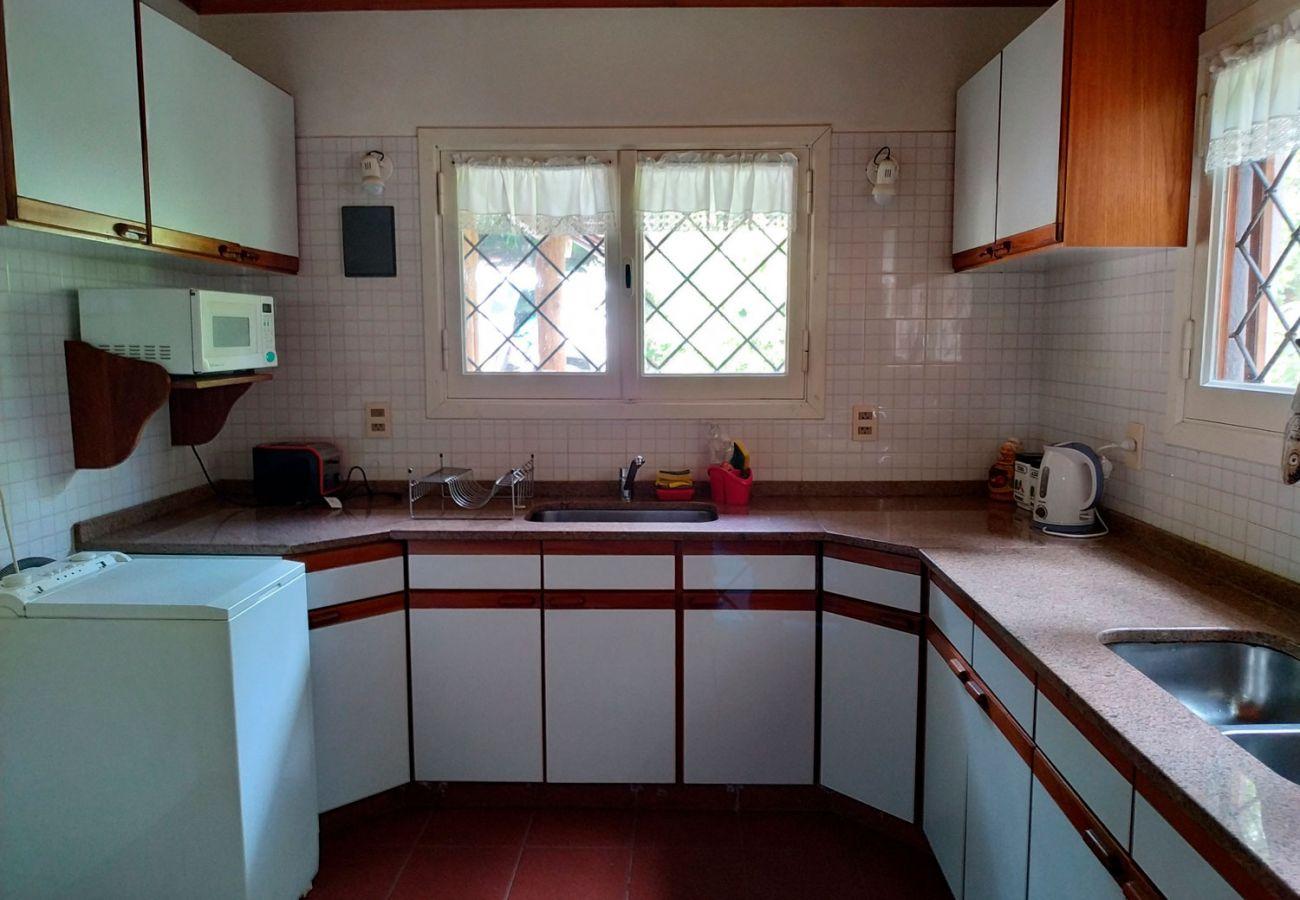 Cocina amplia BOG Pichi Ruca Villa La Angostura