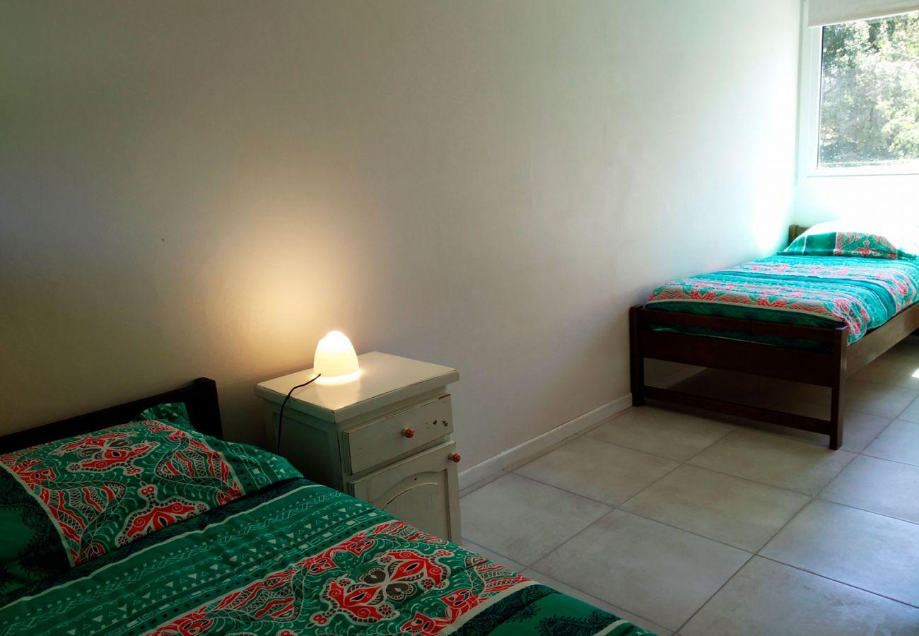 Dormitorio camas individuales BOG Casa Rosada 2 Villa La Angostura