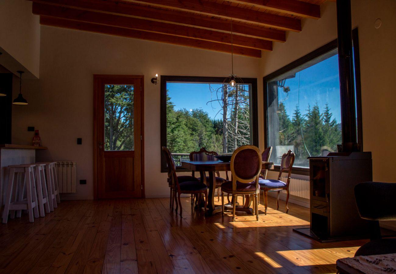 Desayunador con hermosa vista BOG Casa Soñada Villa La Angostura