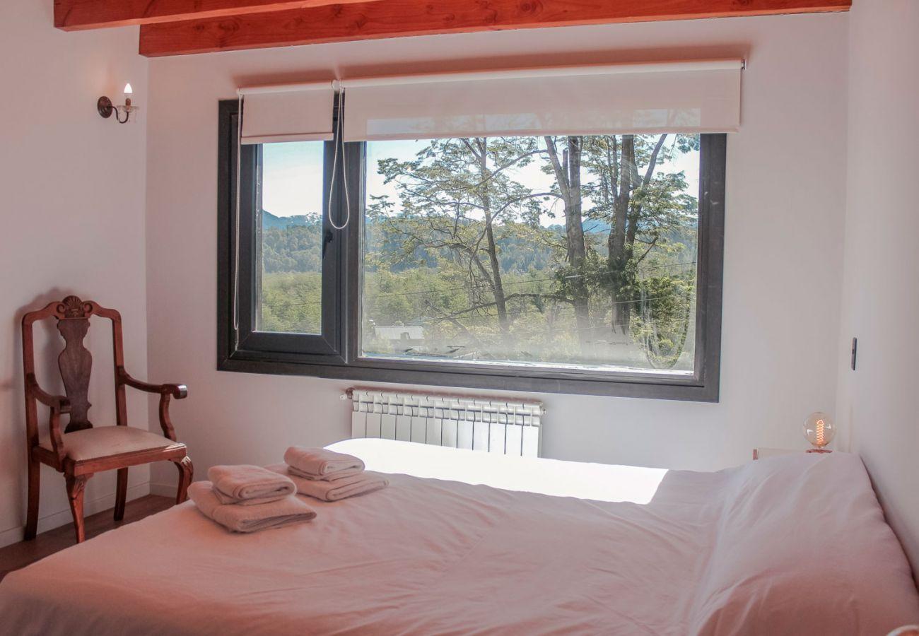 Comodo dormitorio matrimonial BOG Casa Soñada Villa La Angostura