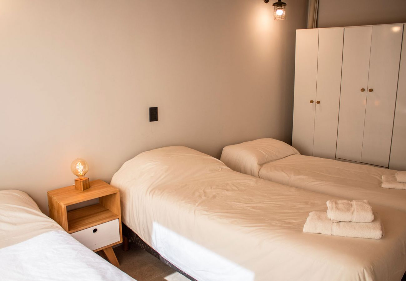 Dormitorio con camas individuales BOG Casa Soñada Villa La Angostura