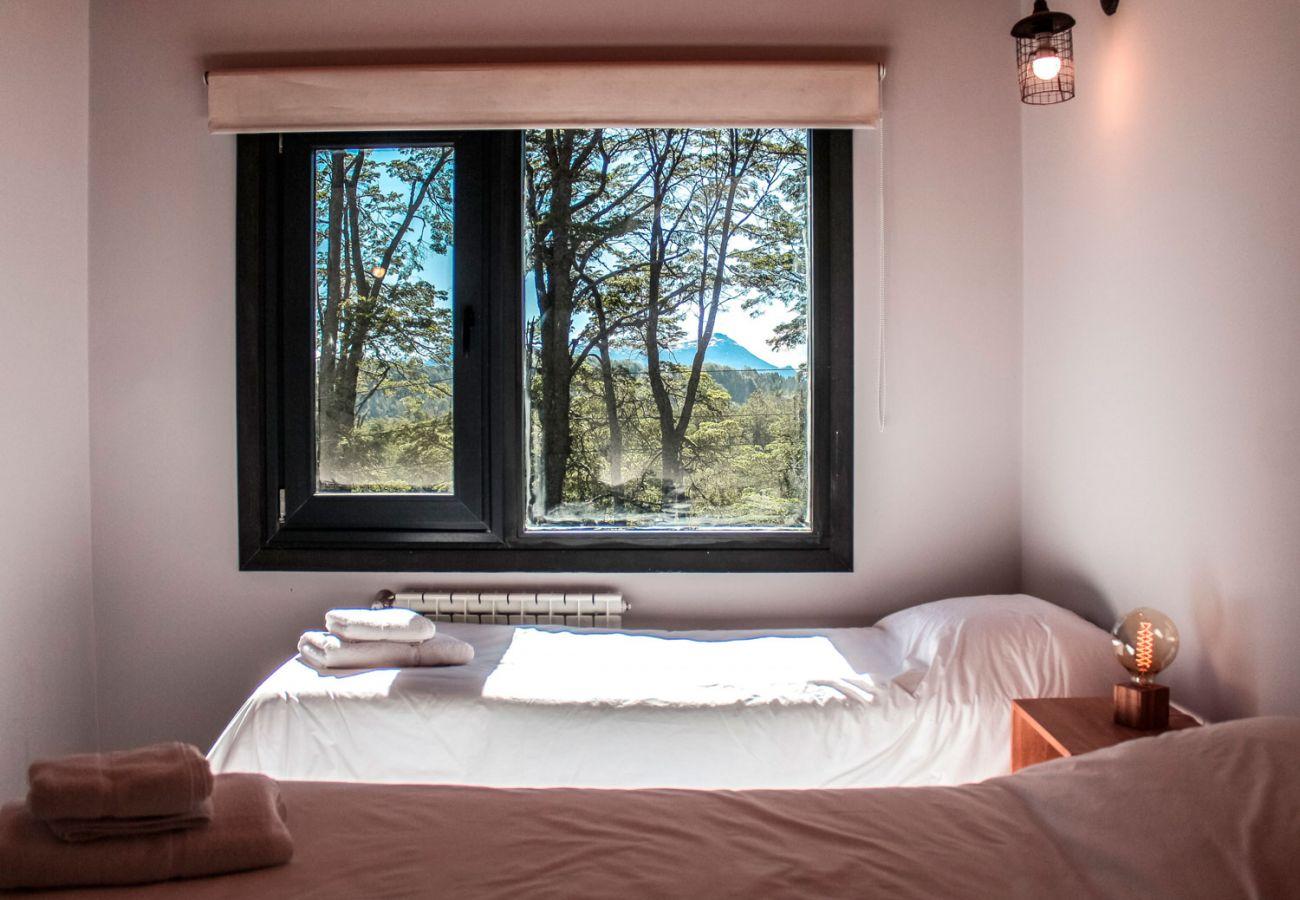 Agradable dormitorio con vista BOG Casa Soñada Villa La Angostura