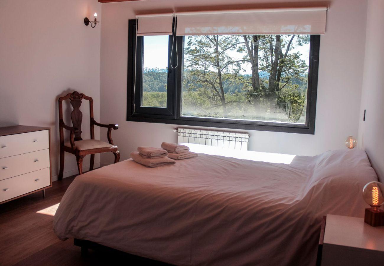 Dormitorio con hermosa vista BOG Casa Soñada Villa La Angostura