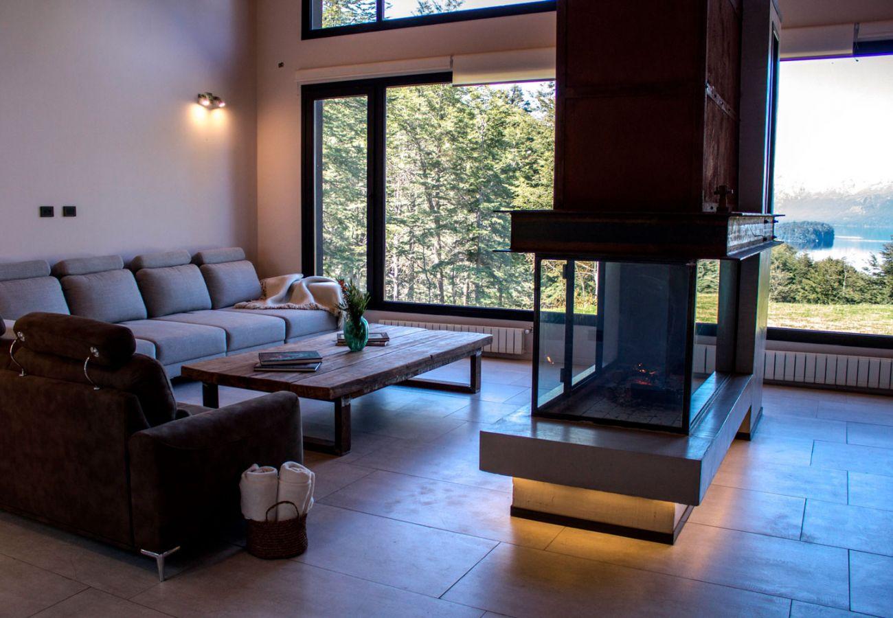 Iluminado salon BOG JPG Casa con vista al lago Villa La Angostura