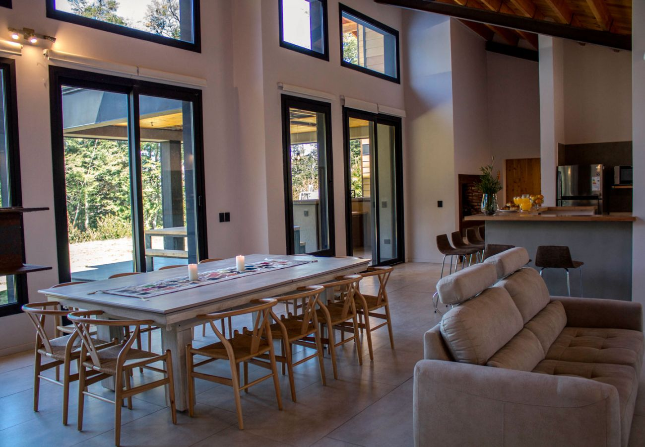 Comedor completo BOG JPG Casa con vista al lago Villa La Angostura