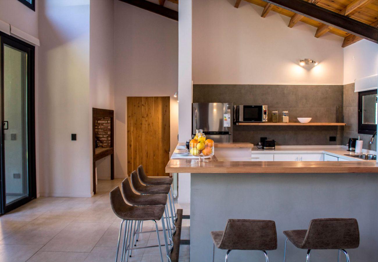 Cocina completa BOG JPG Casa con vista al lago Villa La Angostura