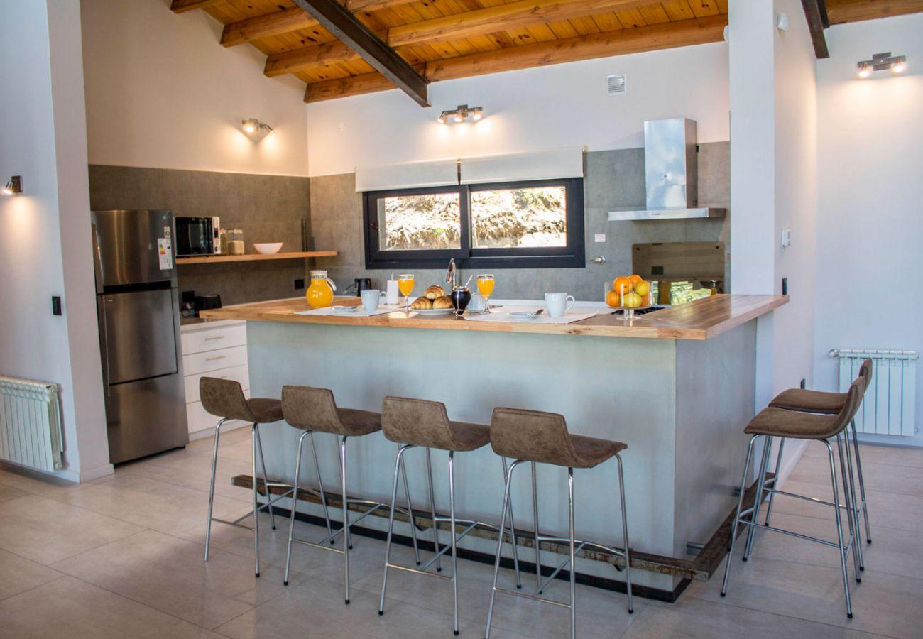 Cocina con barra BOG JPG Casa con vista al lago Villa La Angostura