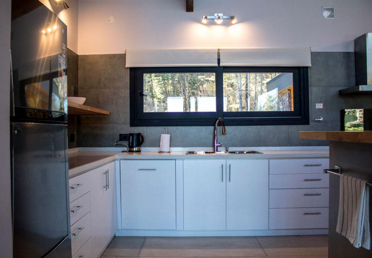Cocina iluminada BOG JPG Casa con vista al lago Villa La Angostura