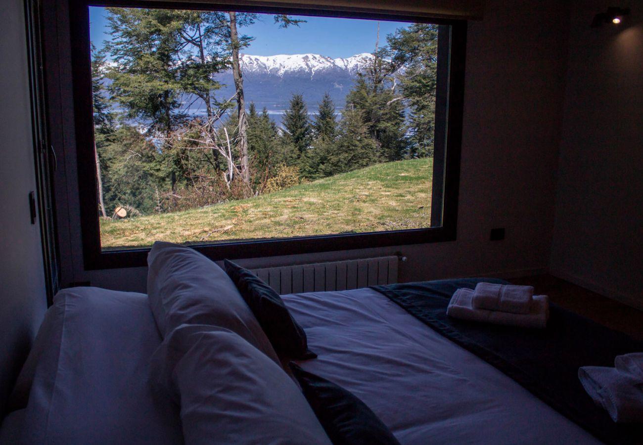 Dormitorio con vista BOG JPG Casa con vista al lago Villa La Angostura