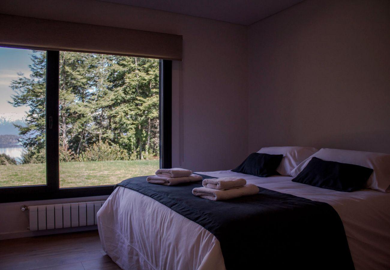 Cama matrimonial BOG JPG Casa con vista al lago Villa La Angostura