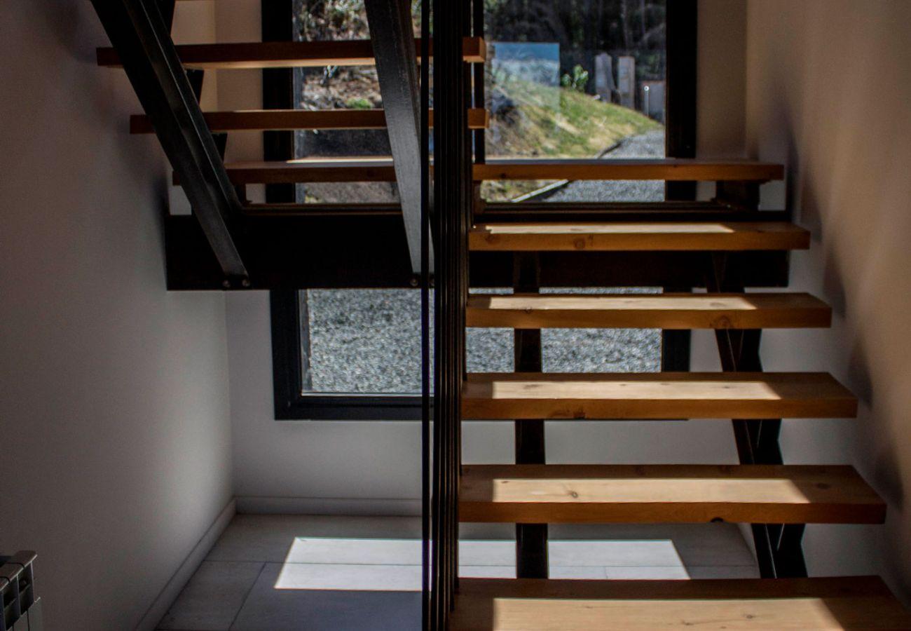 Escalera-moderna-BOG-JPG-Casa-con-vista-al-lago-Villa-La-Angostura