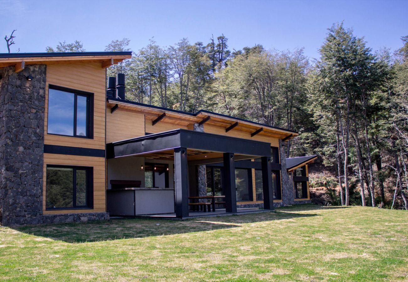 Hermosa fachada BOG JPG Casa con vista al lago Villa La Angostura