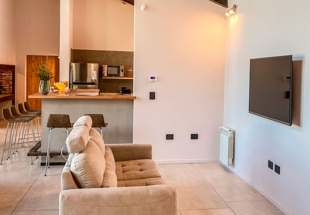 Salon con tv BOG JPG Casa con vista al lago Villa La Angostura