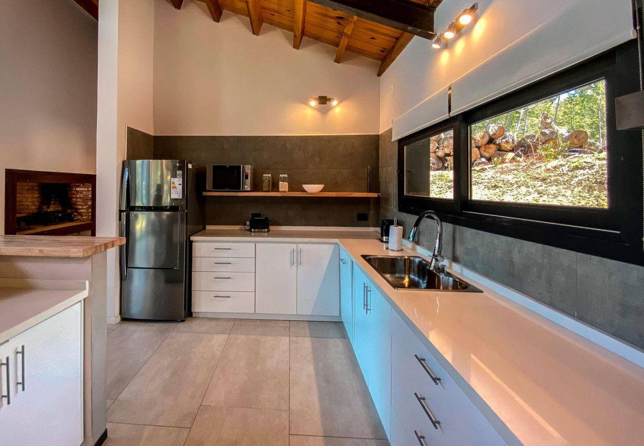 Cocina amplia BOG JPG Casa con vista al lago Villa La Angostura