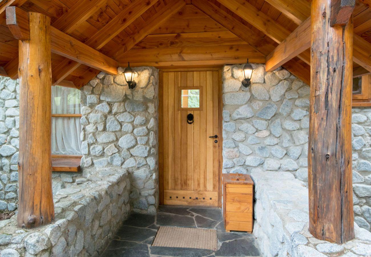 Fachada de hermosa cabaña BOG Le Pommier 1 Villa La Angostura