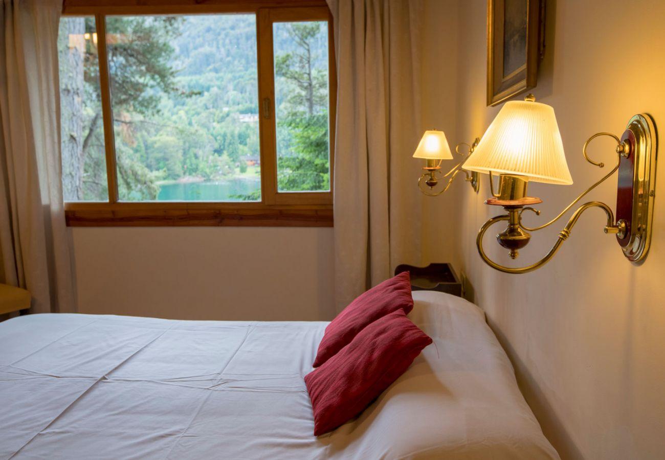 Calido dormitorio matrimonial BOG Le Pommier 1 Villa La Angostura