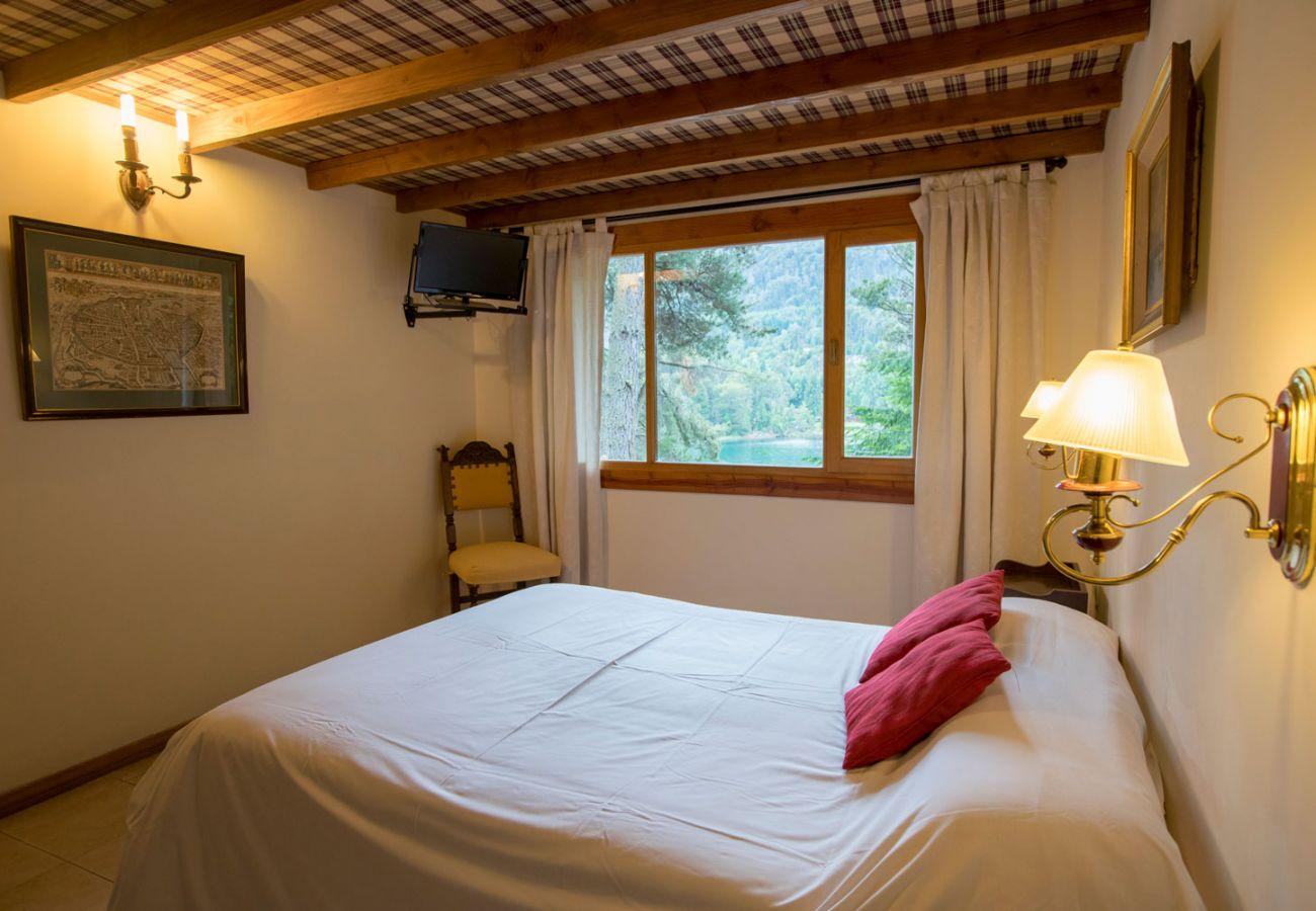 Dormitorio con vista al lago BOG Le Pommier 1 Villa La Angostura