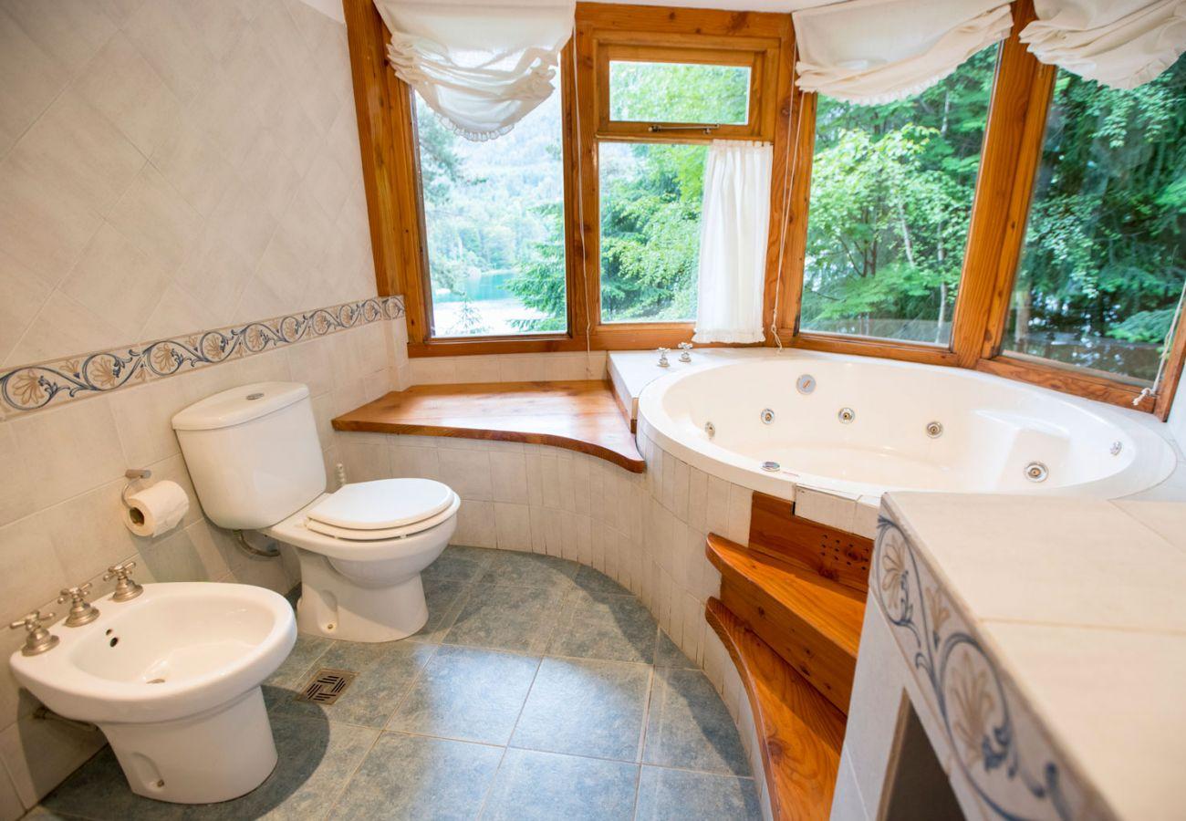 Hermoso baño con jacuzzi BOG Le Pommier 1 Villa La Angostura