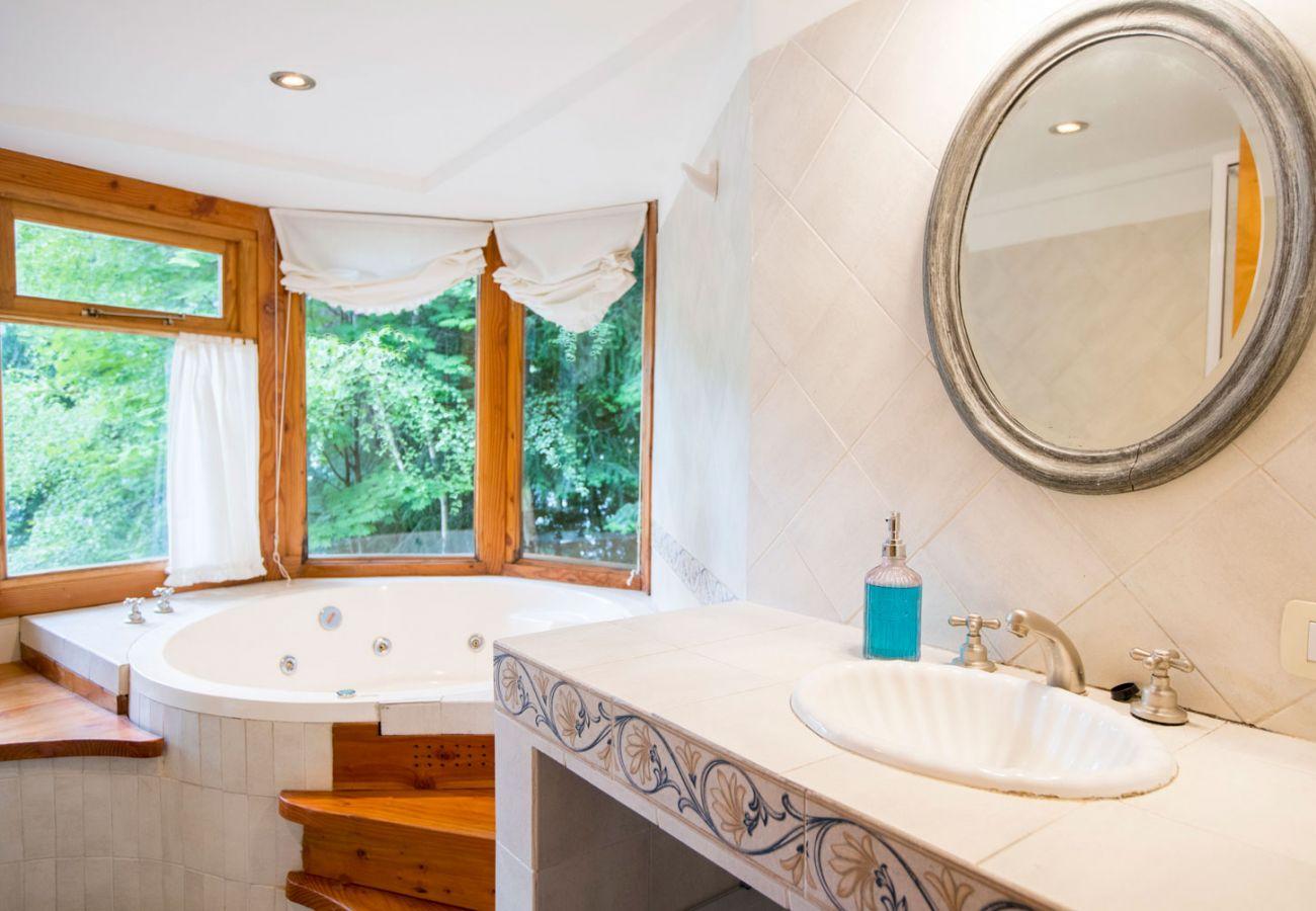 Baño completo con jacuzzi BOG Le Pommier 1 Villa La Angostura