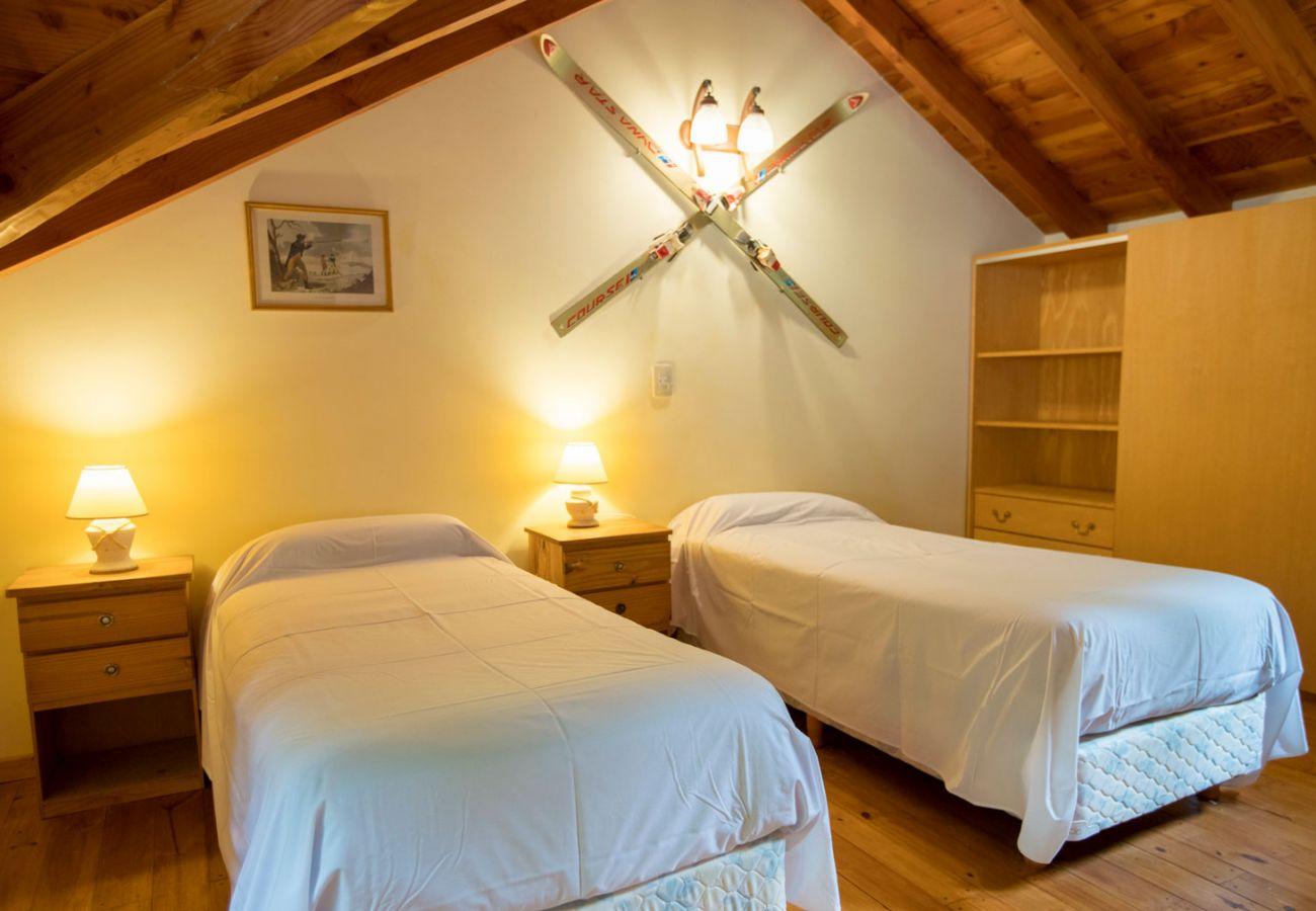 Dormitorio con camas individuales BOG Le Pommier 1 Villa La Angostura