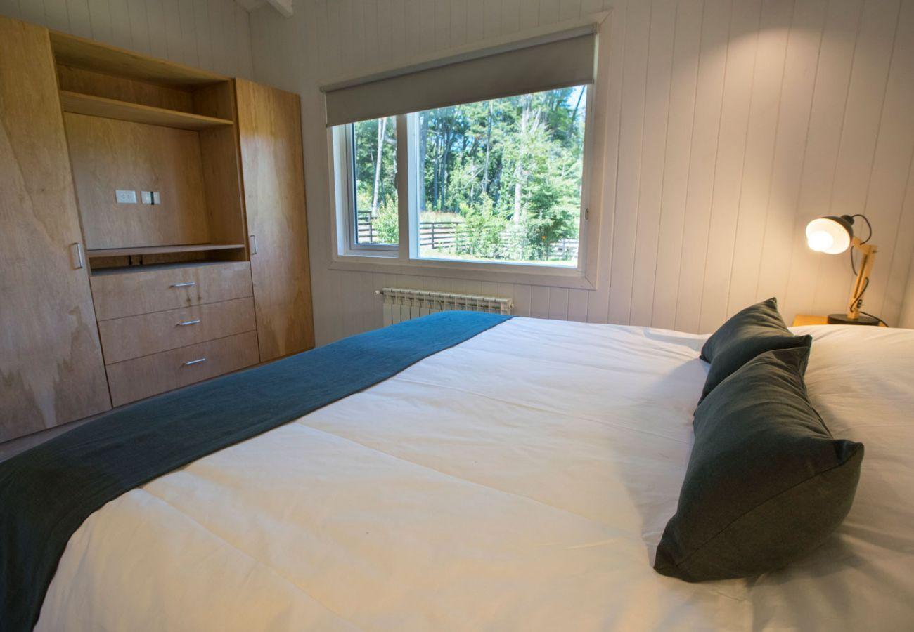 Dormitorio con placar BOG Bosque de Manzano 1 Villa La Angostura