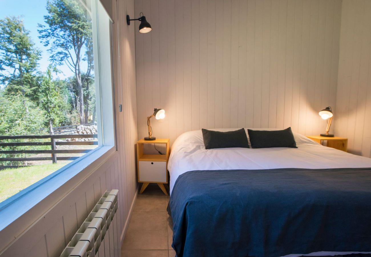 Dormitorio con vista BOG Bosque de Manzano 1 Villa La Angostura