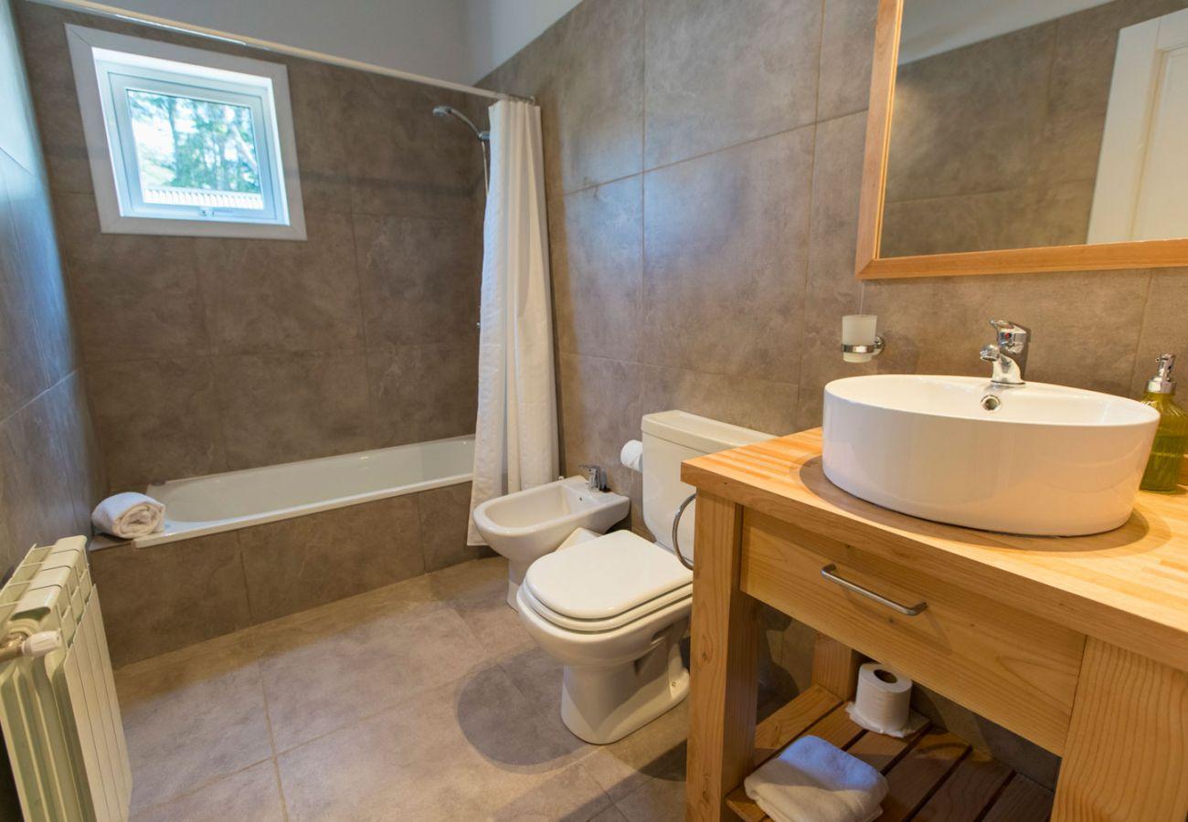 Baño completo con tina BOG Bosque de Manzano 1 Villa La Angostura