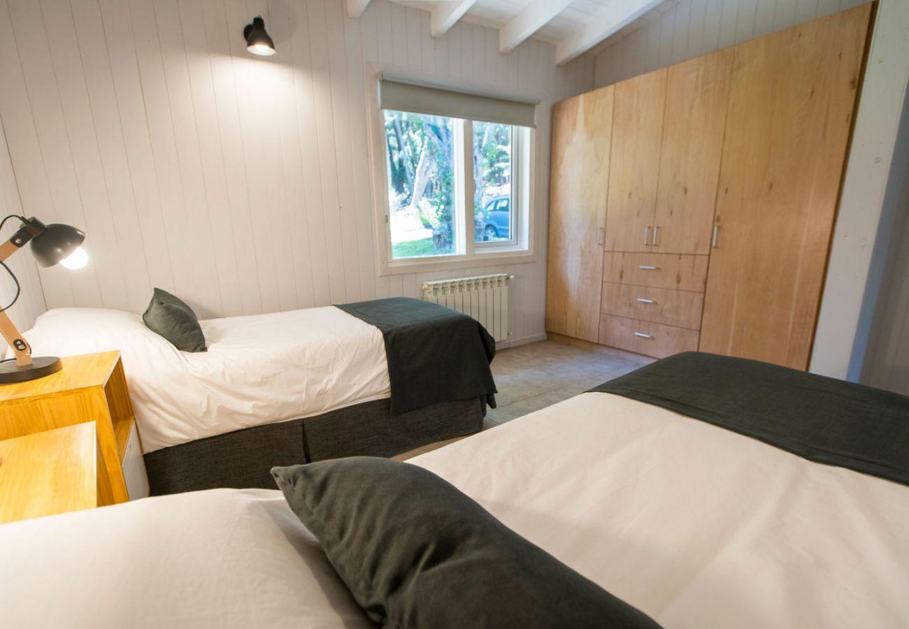 Dormitorio iluminado BOG Bosque de Manzano 1 Villa La Angostura