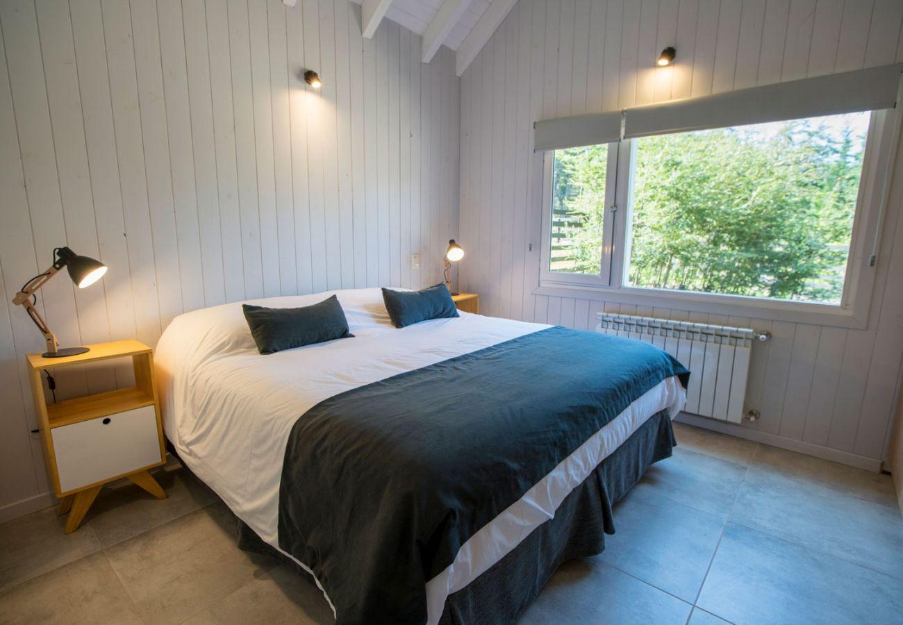 Dormitorio con vista BOG Bosque de Manzano 2 Villa La Angostura