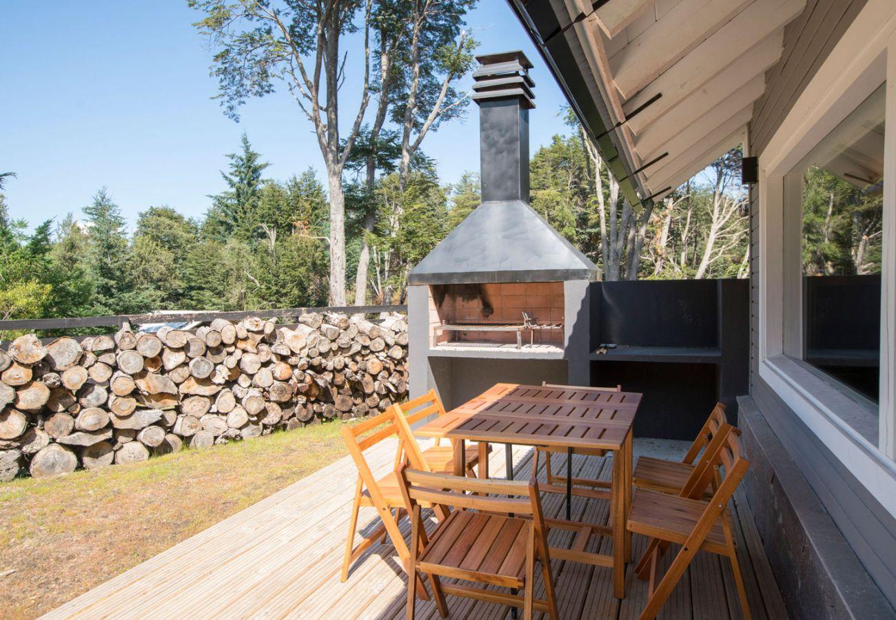 Calido deck con parrilla BOG Bosque de Manzano 2 Villa La Angostura