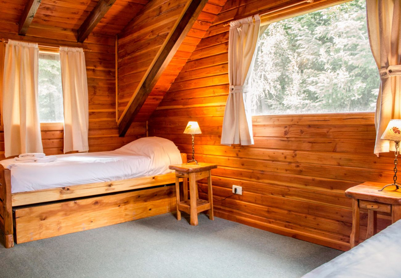 Calido dormitorio cama simple BOG Patagon Dreams Villa La Angostura