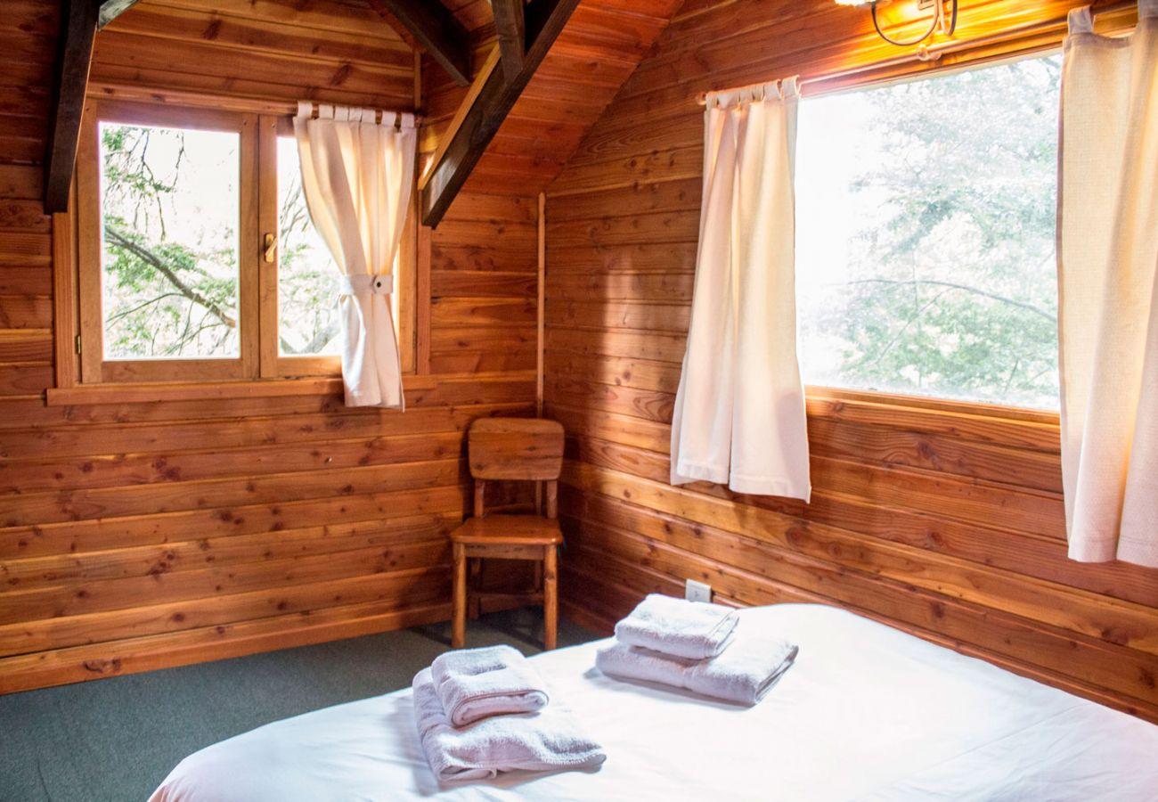 Iluminado dormitorio matrimonial BOG Patagon Dreams Villa La Angostura