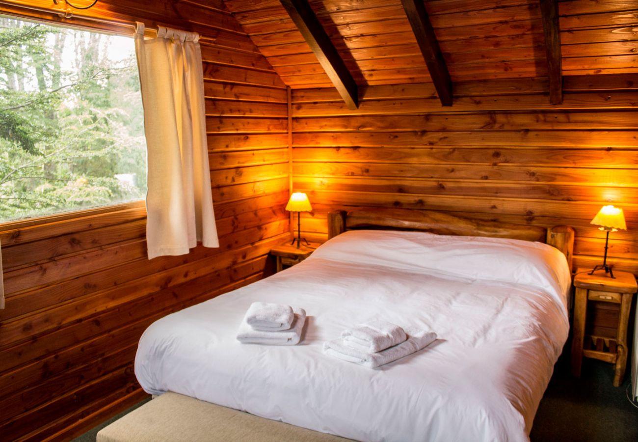 Hermoso dormitorio matrimonial BOG Patagon Dreams Villa La Angostura