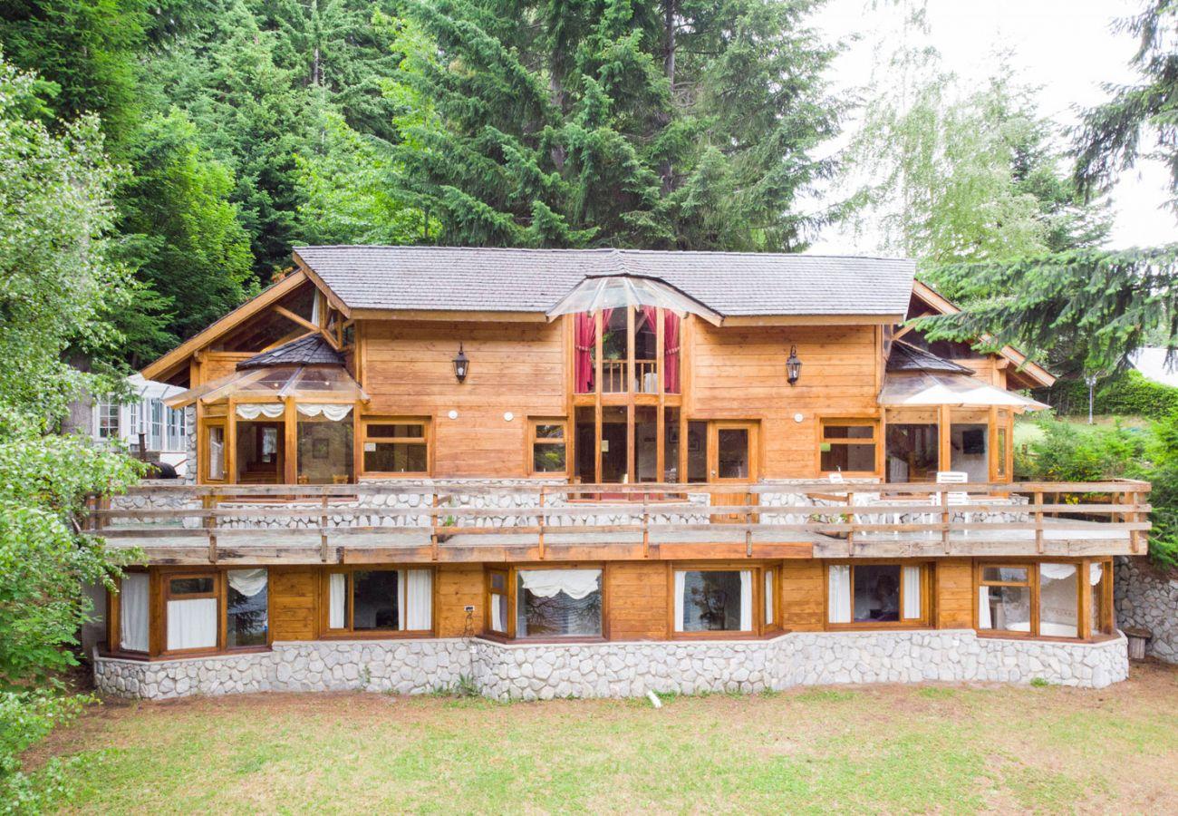 Bungalow em Villa La Angostura - Le Pommier 2 - Cabaña con vista al Lago y Pileta climatizada