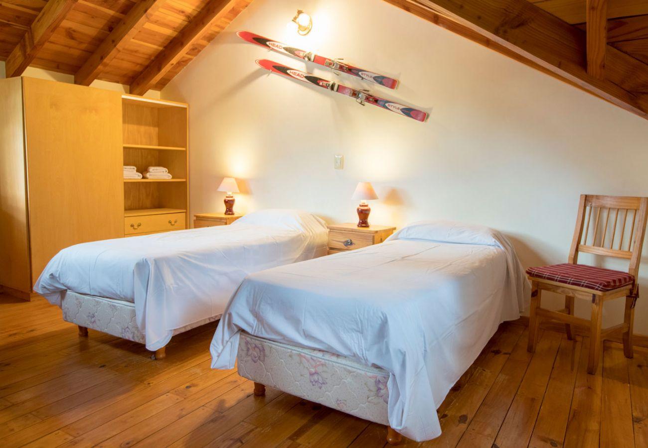 Bungalow em Villa La Angostura - Le Pommier 3 - Cabaña con vista al Lago y Pileta Climatizada